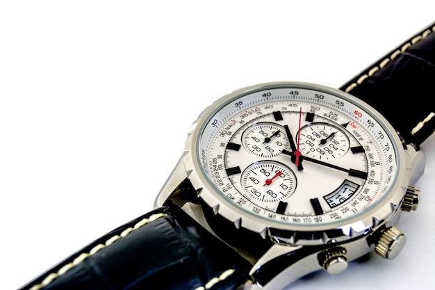 Aislado. de cerca. los relojes de los hombres están en un fondo blanco. agujas del reloj