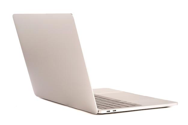 Aislado de computadora portátil con pantalla blanca para maqueta sobre fondo blanco y trazado de recorte.
