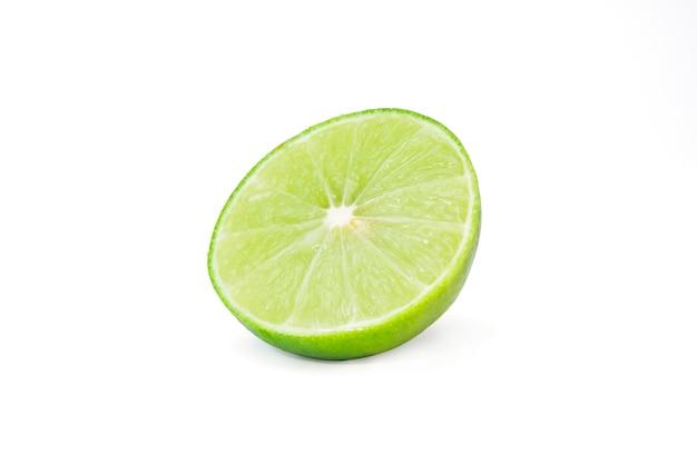 Aislado de fruta fresca de limón o lima verde
