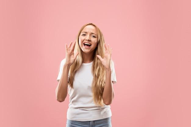 Aislado en rosa casual joven gritando en studio