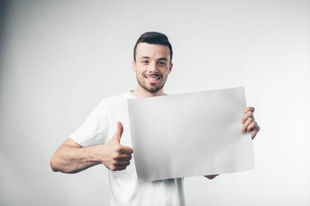 Aislado sobre fondo blanco hombre sostiene un cartel barbudo