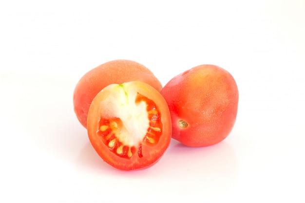 Aislado de tomates frescos en blanco