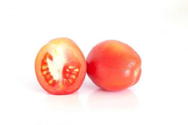 Aislado de tomates frescos en el fondo blanco