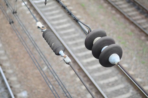 Aisladores eléctricos en los cables de contacto en el fondo.