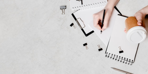 Aislamiento y trabajo desde casa concepto flatlay. lápices, bloc de notas, tijeras de regla y clips de papel. vista horizontal superior copyspace de vuelta al concepto de escuela