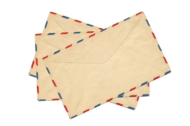 Aislamiento viejo del sobre del correo aéreo en el fondo blanco