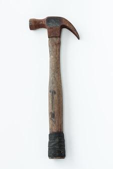 Aislar vintage antiguo y sucio dos martillos de acero sobre fondo blanco.