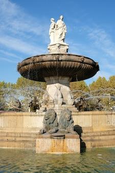 Aix-en-provence, francia - 18 de octubre de 2017: la famosa fuente rotonde en la base de la calle del mercado cours mirabeau
