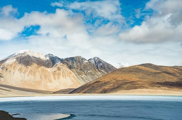 Ajardine la imagen del fondo del mountain view del lago pangong y en ladakh, la india.