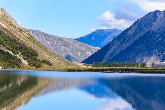 Ajardine la isla del sur del lago y de la montaña de nueva zelanda en un día soleado.