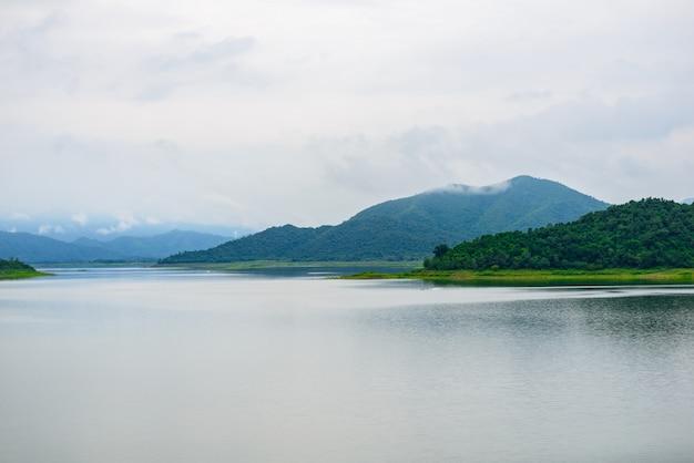 Ajardine natrue y una niebla de agua en la presa de kaeng krachan.