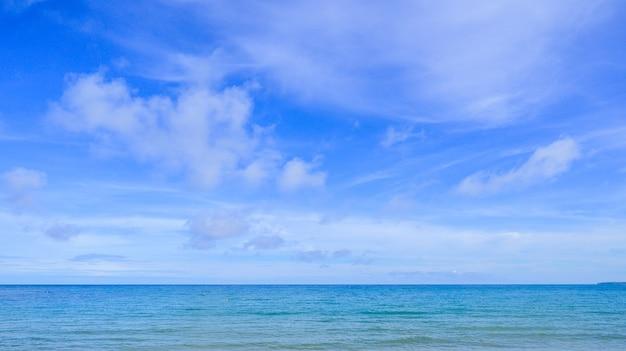 Ajardine la playa con el cielo azul en tailandia.