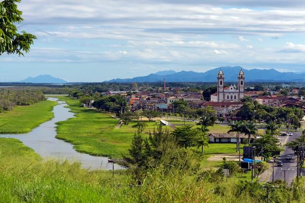 Ajardine con el río y las colinas azules en fondo. ciudad de iguape, costa sur de sao paulo, brasil