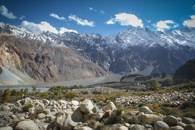 Ajardine la vista de montañas y del prado capsulados nieve en passu.