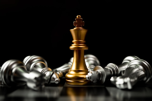 El ajedrez golden king es el último en pie en el tablero de ajedrez