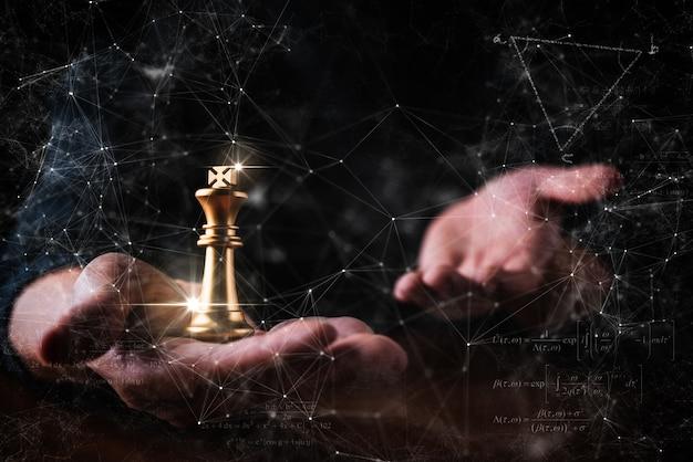 El ajedrez de la mano del hombre de la estrategia de decisión del negocio con piensa la acción plantea el fondo negro