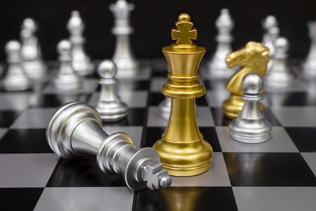 Ajedrez rey dorado. (concepto de estrategia de empresa, victoria empresarial)