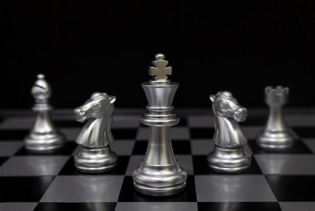Ajedrez silver king. (concepto de estrategia de empresa, victoria empresarial)