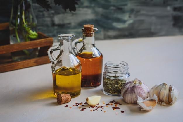 Ajo, aceite de oliva, hojuelas de perejil, semillas de pimientos secos.