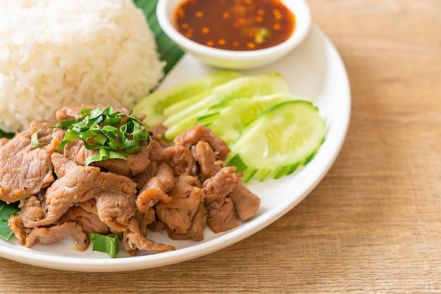 Ajo de cerdo a la plancha con arroz con salsa picante