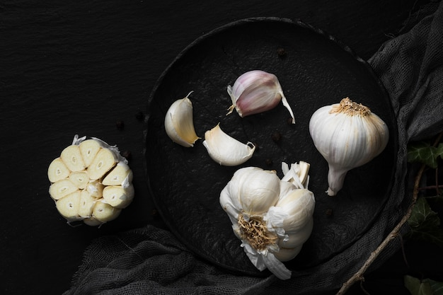 Ajos blancos frescos en placa