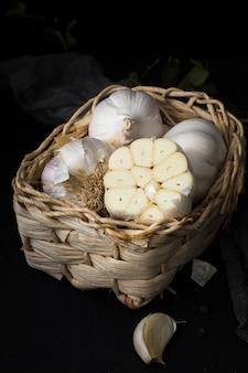 Ajos orgánicos sin pelar en la cesta