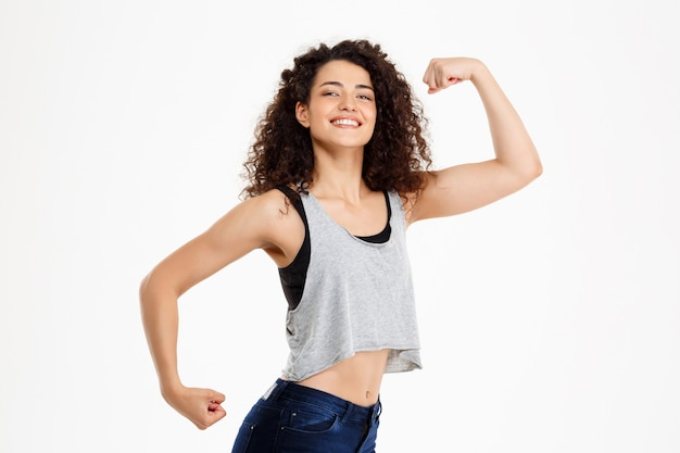 Ajuste chica rizada haciendo ejercicios de fitness