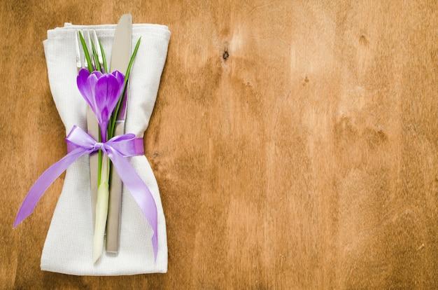 Ajuste festivo de la tabla de la primavera con la flor fresca.