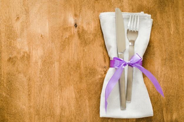 Ajuste festivo de la tabla con la servilleta y los cubiertos.