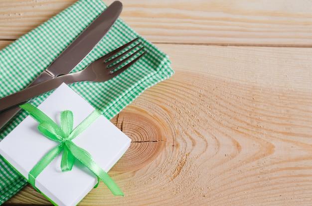 Ajuste de la mesa de comedor. cubiertos con etiqueta vacía y presente.