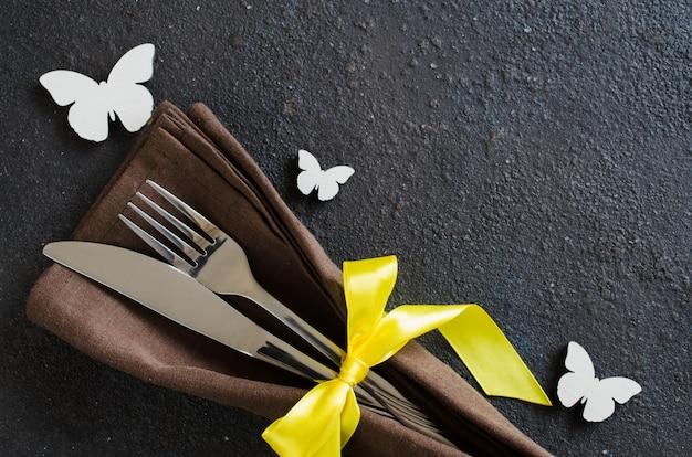 Ajuste de la mesa festiva para la cena de pascua de vacaciones, cumpleaños o el día de la madre.