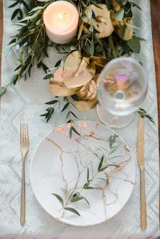 Ajuste de la mesa festiva de otoño o verano