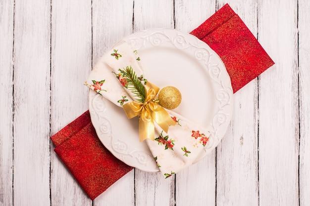 Ajuste de la mesa de navidad con bola de oro
