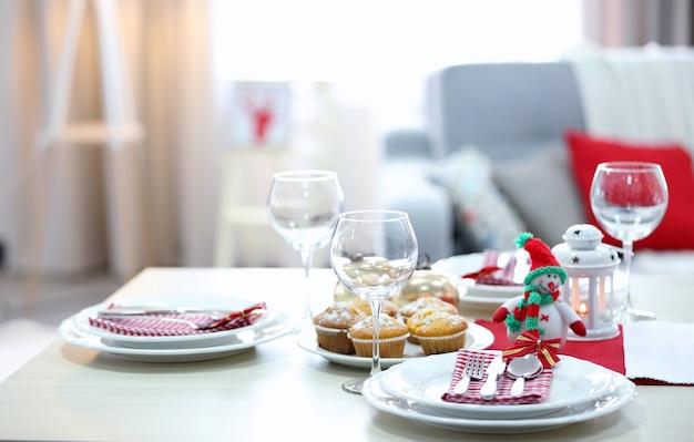 Ajuste de la mesa de navidad en la sala de luz