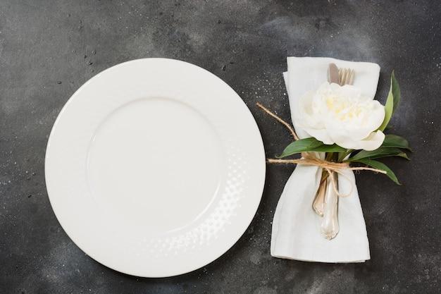 Ajuste de la mesa con peonía blanca en mesa negro