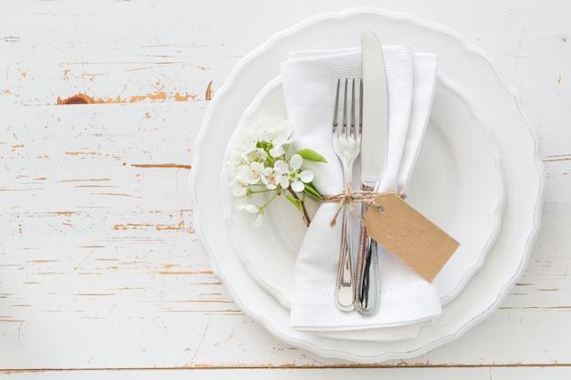 Ajuste de la mesa de primavera con flores blancas