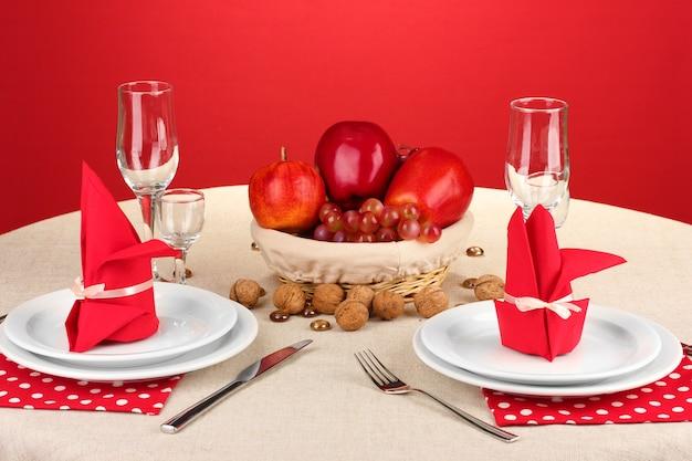 Ajuste de la mesa en tonos rojos sobre el color.
