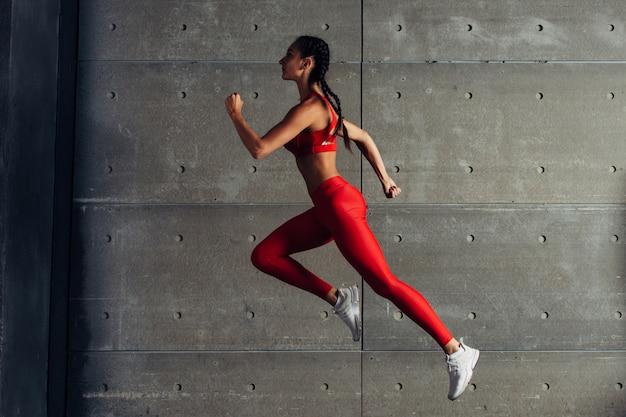 Ajuste mujer haciendo entrenamiento cardiovascular.