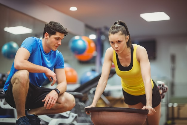 Ajuste mujer trabajando con entrenador
