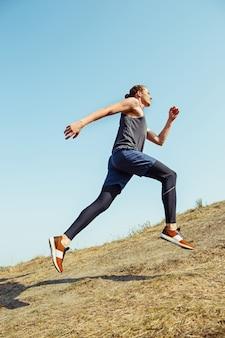 Ajuste musculoso atleta masculino sendero de entrenamiento para correr maratón