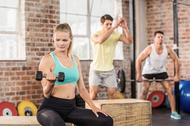 Ajuste personas trabajando en el gimnasio