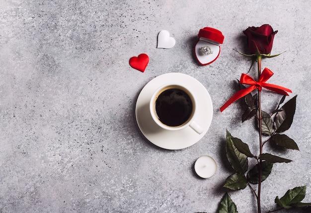 El ajuste romántico de la mesa de la cena del día de san valentín me casará con el anillo de compromiso de boda en una caja