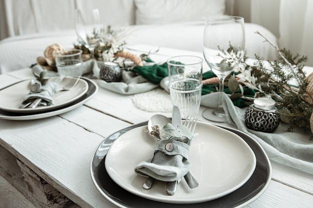 Ajuste de la tabla festiva en casa con detalles decorativos escandinavos de cerca.