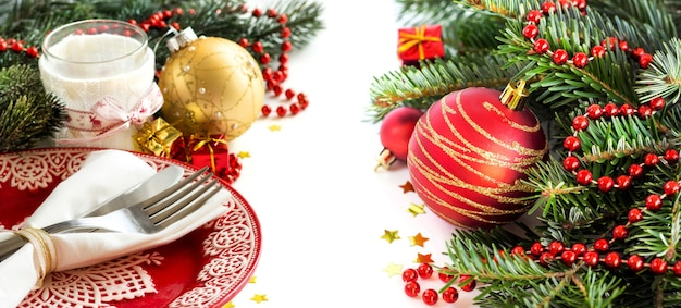 Ajuste de la tabla festiva rojo y dorado aislado en blanco