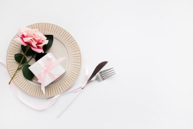Ajuste de la tabla hermosa vista superior para san valentín en blanco