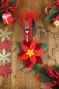 Ajuste de la tabla de navidad con decoraciones festivas de cerca