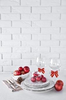 Ajuste de la tabla de navidad decorada. concepto de menú de navidad