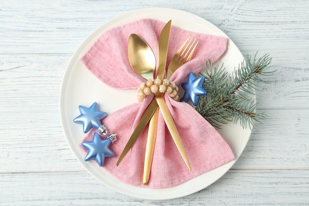 Ajuste de la tabla de navidad sobre fondo de madera