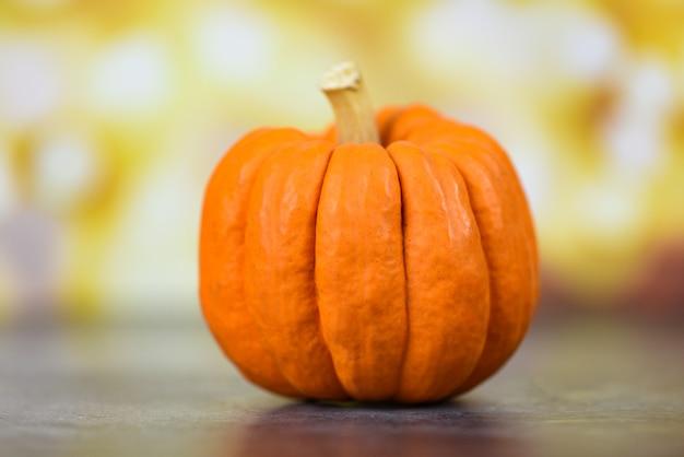 Ajuste de la tabla de otoño con vacaciones de calabazas: decoración de fondo de acción de gracias festiva o fondo bokeh de halloween