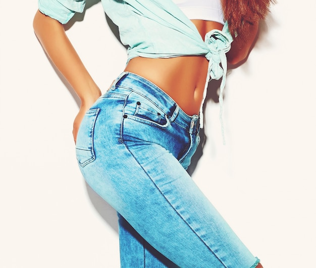 Ajuste trasero femenino en jeans aislado en blanco